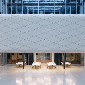Izgalmas építészet hőszigetelt üveg tolófalakkal